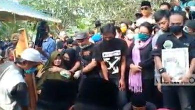 Photo of Ganjar Pranowo Hadir di Pemakaman, Istri Didi Kempot Pingsan