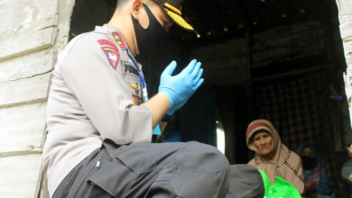 Photo of Polisi Jambi Bagikan 5.500 Paket Sembako Untuk Warga Miskin Terdampak Corona