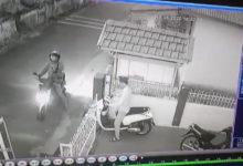 Photo of Terekam CCTV, Sepasang Muda Mudi Curi Sepeda Motor di Masjid