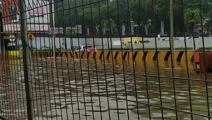 Photo of Sejumlah Jalan Tol Di Jakarta Terjerat Genangan Banjir, Kondisi Parah