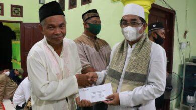 Photo of Isi Kegiatan Dengan Gelar Safari Ramadhan, Bupati Tanjab Barat Beri Bantuan Pada Tenaga Pendidik
