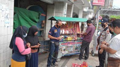 Photo of Razia Pedagang Yang Nekat Jual Petasan. Ribuat Barang Bukti Di Sita Polisi